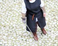 Mittelalterlicher Soldat mit Klinge Stockfoto