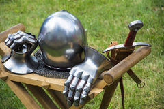 Mittelalterlicher Sturzhelm, Klinge und Handschuhe Stockbilder