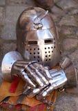 Mittelalterlicher Sturzhelm und Handschuhe Stockfoto