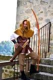 Mittelalterlicher suchender Mann, der während eines langen Krieges lebt Stockbilder
