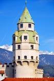 Mittelalterlicher tadelloser Kontrollturm Stockfotos