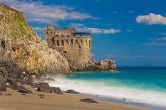 Mittelalterlicher Turm auf der Küste von Maiori-Stadt, Amalfi-Küste, Kampanien-Region, Italien lizenzfreie stockfotografie