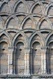 Mittelalterlicher verzierter Bogen am Wenlock Priory, England Lizenzfreie Stockbilder
