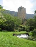 Mittelalterlicher Wachturm und Gärten Stockbilder