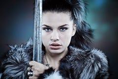 mittelalterlicher weiblicher Ritter in der Rüstung Stockfoto