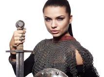 Mittelalterlicher weiblicher Ritter in der Rüstung Stockfotografie