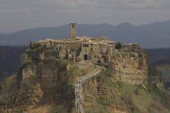Mittelalterliches Dorf auf einem Felsen in Italien Stockbilder