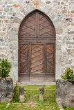 Mittelalterliches Dorf, gotische Art der Holztür Stockfotografie