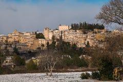 Mittelalterliches Dorf von Spello mit Schnee in Umbrien stockfotos