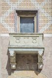 Mittelalterliches Fenster mit Balkon Stockfotos