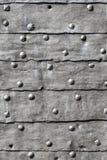 Mittelalterliches Festungs-Tor-gepanzertes Eisen überzogenes Tür-Detail stockfoto
