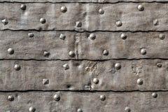 Mittelalterliches Festungs-Tor-gepanzertes Eisen überzogenes Tür-Detail lizenzfreie stockfotos