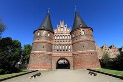 Mittelalterliches Holstentor Gatter von Lübeck stockbild