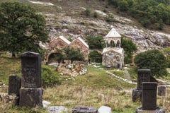 Mittelalterliches Kloster Srbanes, VIII-XVII Jahrhunderte und ein alter Kirchhof im Vordergrund lizenzfreie stockfotos
