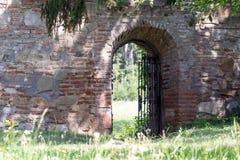 Mittelalterliches Klostergartentor Stockfotos