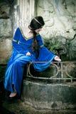 Mittelalterliches Mädchen im nächsten Frühjahr stockfoto