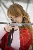 Mittelalterliches Mädchen mit einem Crossbow Stockfotografie