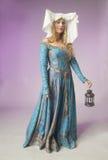 Mittelalterliches Mädchen mit einer Weinleselampe Lizenzfreie Stockfotografie