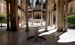 Mittelalterliches maurisches Schloss Alhambra Palaces und der Touristen in Granada, Andalusien, Spanien Stockbilder