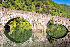 Mittelalterliches Ponte-della Maddalena über dem Serchio Lizenzfreie Stockfotos
