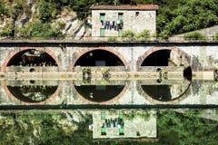 Mittelalterliches Ponte-della Maddalena über dem Serchio Stockbilder