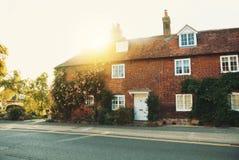 Mittelalterliches schönes britisches Steinhaus der alten Weinlese mit Fliese roo Lizenzfreie Stockbilder