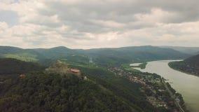 Mittelalterliches Schloss auf einem Hügel stock footage
