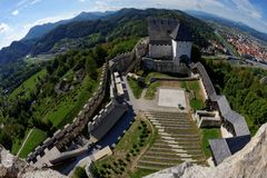Mittelalterliches Schloss Celje in Slowenien über dem Fluss Savinja Stockfotos