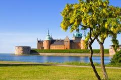 Mittelalterliches Schloss in der schwedischen Farbe. Stockfotos