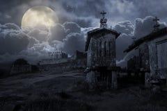Mittelalterliches Schloss in einer bewölkten Vollmondnacht stockfoto