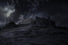 Mittelalterliches Schloss in einer Vollmondnacht lizenzfreies stockfoto