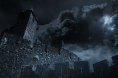 Mittelalterliches Schloss in einer Vollmondnacht lizenzfreie stockfotos