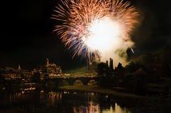 Mittelalterliches Schloss mit Feuerwerken stockbild