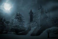 Mittelalterliches Schloss nachts lizenzfreies stockbild