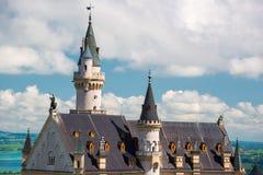 Mittelalterliches Schloss Neuschwanstein Um den blauen Himmel und die Alpen Lizenzfreies Stockfoto
