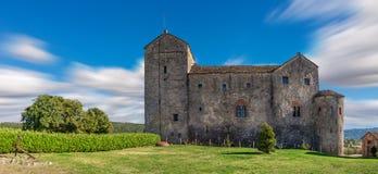 Mittelalterliches Schloss unter blauem Himmel in Italien Lizenzfreies Stockbild