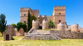 Mittelalterliches Schloss von Ampudia am sonnigen Sommertag Lizenzfreie Stockbilder