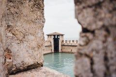 mittelalterliches Stein Scaliger-Schloss des 13. Jahrhunderts Castello Scaligero auf See Garda, Provinz von Verona lizenzfreie stockfotografie