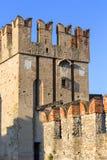 mittelalterliches Stein Scaliger-Schloss des 13. Jahrhunderts Castello Scaligero auf See Garda, Sirmione, Italien lizenzfreies stockbild