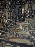 Mittelalterliches Treppenhaus mit bearbeiteten Geländern lizenzfreie stockbilder