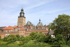 Mittelalterliches Zutphen, Stadtwand und Walburgis Kirche lizenzfreie stockfotos