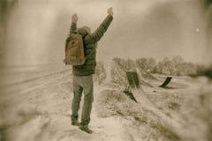 Mittelaltermann, der in schöne Winterlandschaft springt Mannbetrachtung auf verlassenen Freistilmotocrossrampen Addieren Sie die  Stockbilder