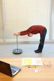 Mittelaltermann, der verbiegende Übungen tut stockfotografie