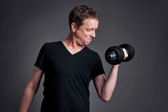 Mittelaltermann mit Gewichten stockfotos