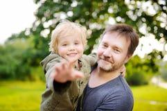 Mittelaltervater mit seinem kleinen Sohn, der Spaß zusammen draußen hat stockfoto