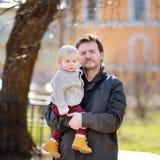 Mittelaltervater mit seinem Kleinkindsohn Stockfotografie