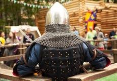 Mittelalterzeitraumkostüm am Ritterturnier Lizenzfreie Stockfotos