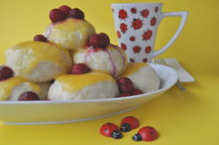Mitteleuropäischer Nachtisch eine Version des Österreichers Germknoedel der gedämpften süßen Mehlklöße mit Fruchtfüllung und heiß Stockbilder