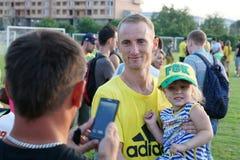 Mittelfeldspieler Vladislav Ignatiev FC Kuban fotografierte mit Fans an einer öffentlichen Schulungseinheit Stockbilder