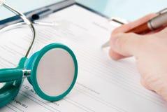 Mittelfragebogen in einem Klemmbrett Lizenzfreie Stockbilder